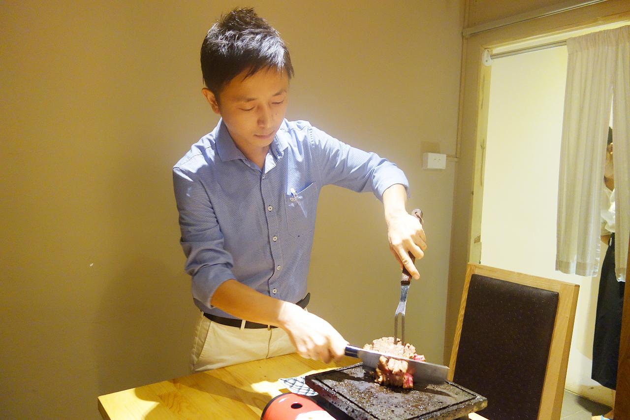 ▲自慢のステーキ料理を焼いているタチバナさん